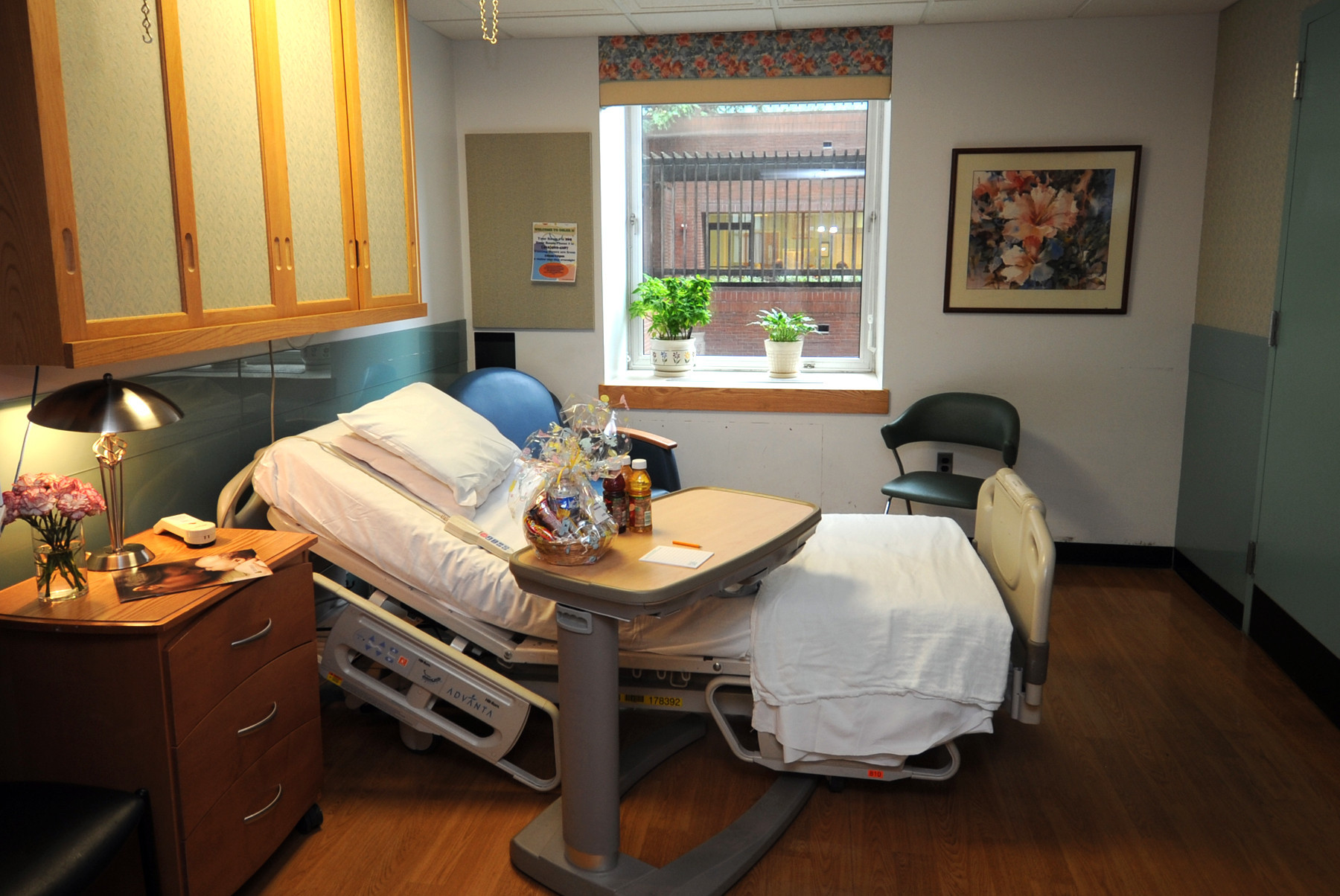 This is a mother/baby postpartum room at the Birthing Center at Johns Hopkins Hospital.
