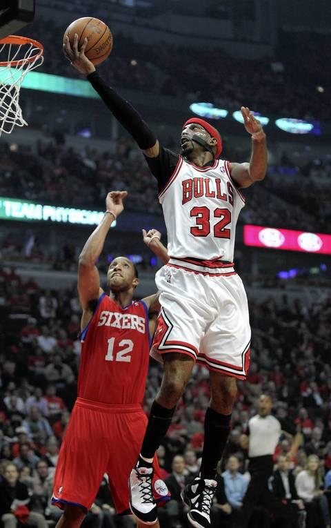 Chicago Bulls shooting guard Richard Hamilton (32) drives in on Philadelphia 76ers shooting guard Evan Turner (12) during the first half