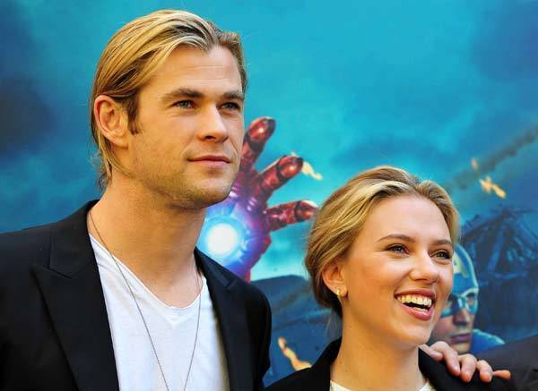 Chris Hemsworth and Scarlett Johansson pose during the photocall of 'The Avengers' in Rome.