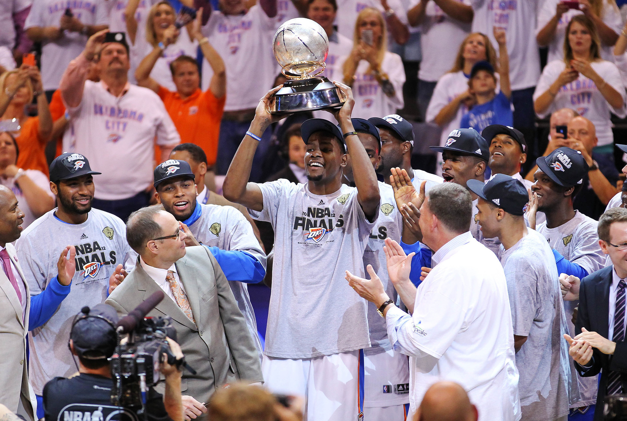 Kevin Durant holds up the Western Conference Championship trophy.