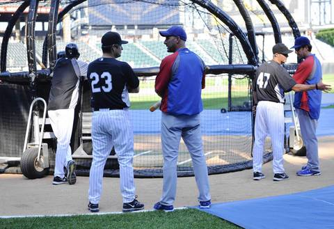 Sox manager Robin Ventura and Cubs manager Dale Sveum talk during batting practice.