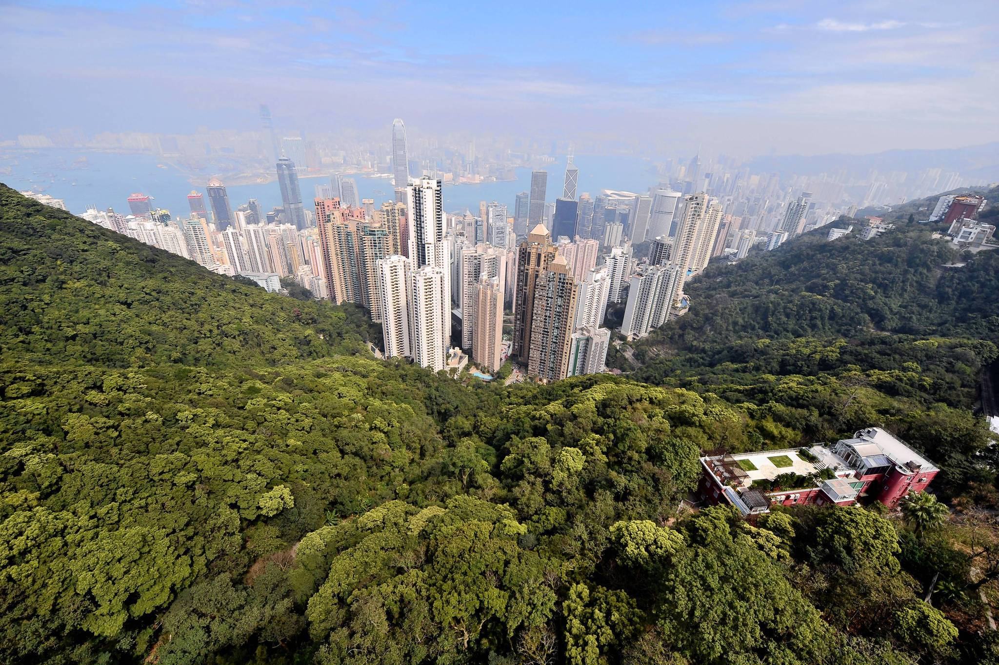 A residential property (bottom R) on Victoria Peak overlooks the skyline of Hong Kong on February 18, 2009. Property prices in the territory's most prestigious location -- Victoria Peak -- plunged 41.4 percent in the last quarter of 2008, a consultant group said on February 18.