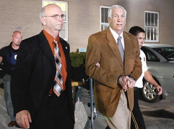 El ex asistente del equipo de football de Penn State, Jerry Sandusky, sale esposado de una corte de Bellefonte, Pennsylvania. Un jurado encontr culpable a Sandusky de 45 cargos en su contra por abuso sexual.
