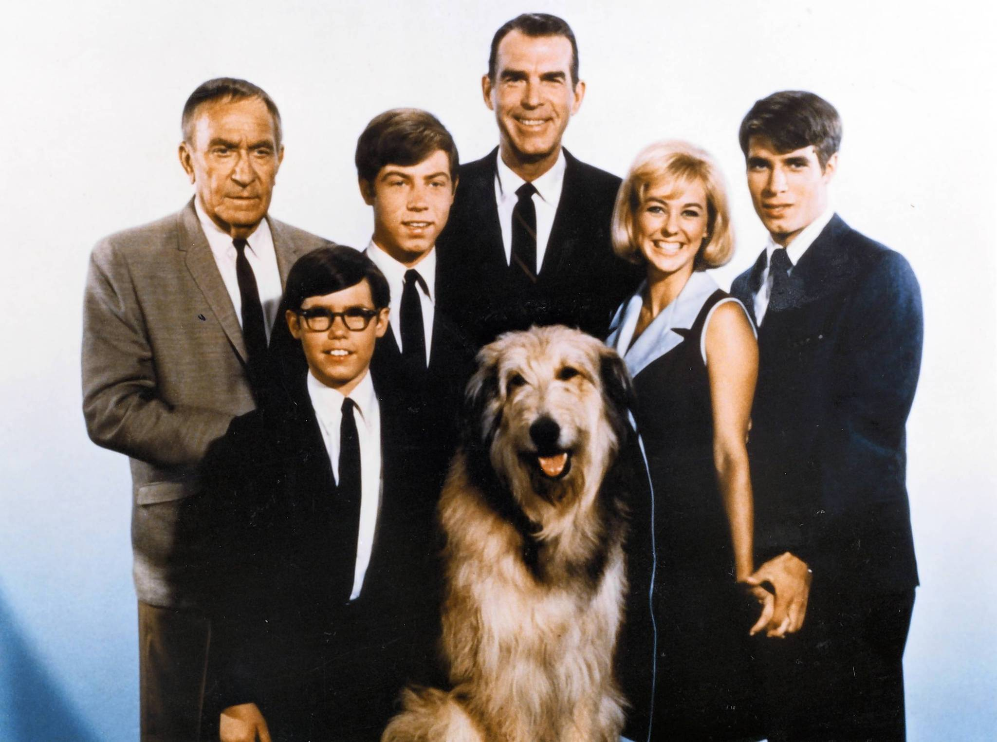 "Don Grady, right, played Robbie on the long-running sitcom ""My Three Sons,"" which also starred, from left, William Demarest, Barry Livingston, Stanley Livingston, Fred MacMurray and Tina Cole. In front is Tramp."