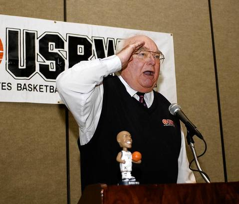 Bill Jauss relates a story to fellow reporters during Jauss' induction into the USBWA Hall of Fame at a 2003 news conference in New Orleans.