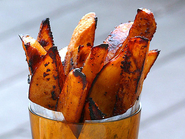 Oven baked BBQ fries: The fries are not overwhelmed with barbecue sauce flavor, but has a nice smoky-sweet taste. For more whole barbecue experience, mix extra barbecue sauce with sour cream to make a dipping sauce.
