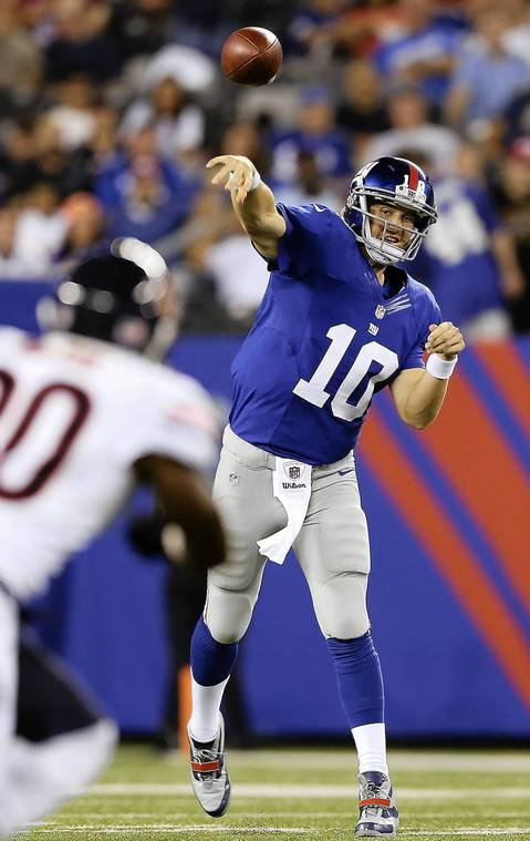 Giants QB Eli Manning passes the ball to Victor Cruz in the second quarter.