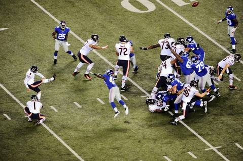 Robbie Gould kicks a field goal against the Giants during the second half.
