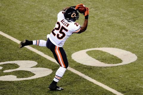 Armando Allen makes a catch against the Giants during the second half.