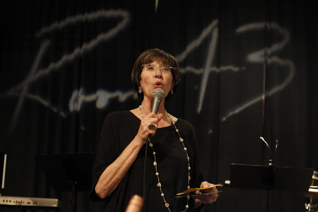 Judith Stein, introduces the jazz group at Room 43 in Chicago. Stein, a passionate jazz advocate, has been instrumental in launching the Hyde Park Jazz Festival and the Sunday night series at Room 43.