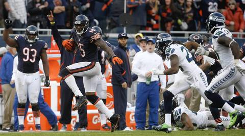 Brandon Marshall makes a long catch in front of Seahawks free safety Earl Thomas in the final seconds of the fourth quarter to set up a field goal.