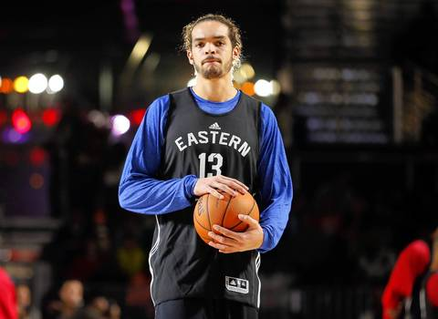 Joakim Noah looks to make a pass during practice on Saturday.