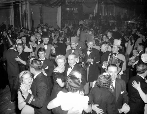 Crowds dancing at the Edgewater Beach Hotel on Jan. 17, 1944. The hotel was known for hosting famous big bands such as the bands of Benny Goodman, Tommy Dorsey, Artie Shaw, Xavier Cugat, Glenn Miller, and Wayne King.