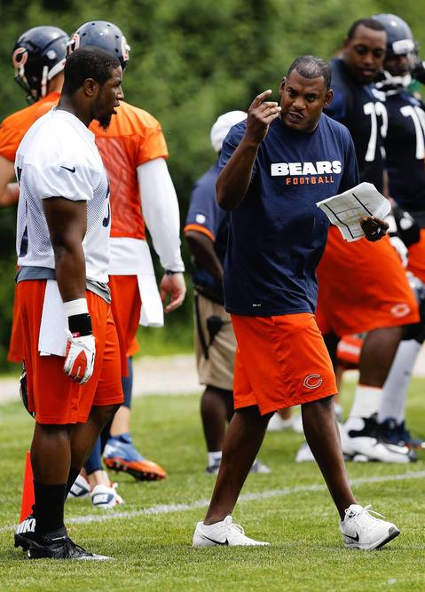 Bears defensive coordinator Mel Tucker talks to linebacker Jonathan Bostic.