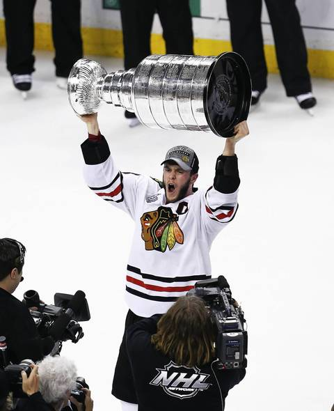 Jonathan Toews hoists the Stanley Cup.