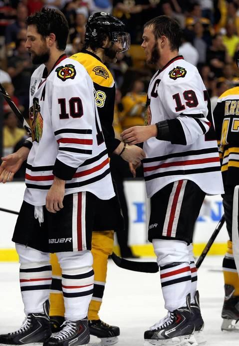 Jonathan Toews and the Bruins' Jaromir Jagr shake hands.