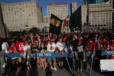 Blackhawks fans wait to get into Grant Park early Friday morning. (John J. Kim, Chicago Tribune)