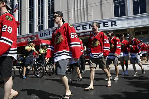Blackhawks players head to the parade buses.