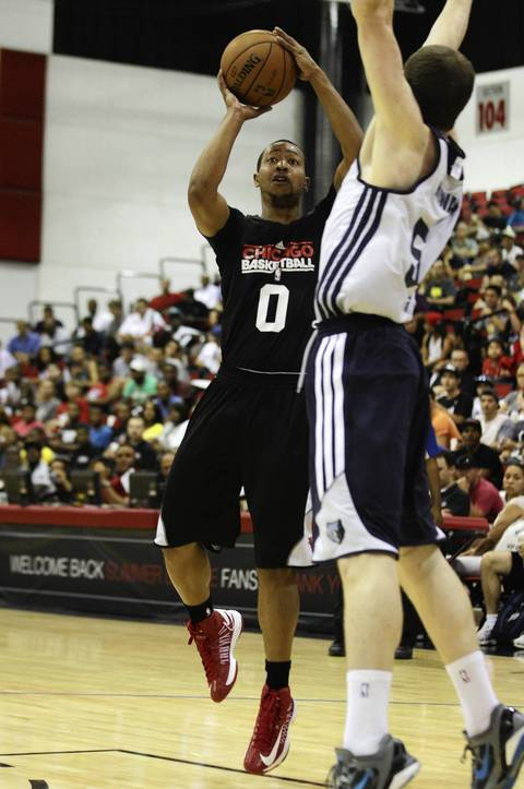 Andrew Goudelock eyes the basket as he attempts a jump shot over the Grizzlies' Matt Howard during the first quarter.