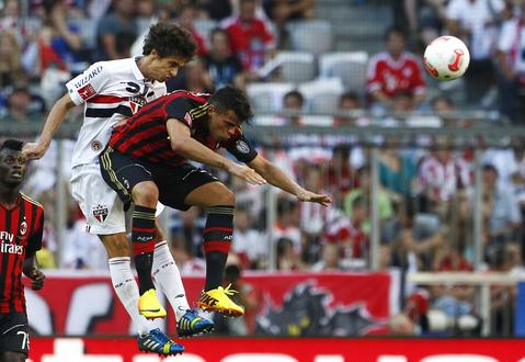 AC Milan's Andrea Petagna (R) heads the ball with Rodrigo Caio of Sao Paulo during the third-place match at the Audi Cup friendly soccer tournament in Munich August 1, 2013.