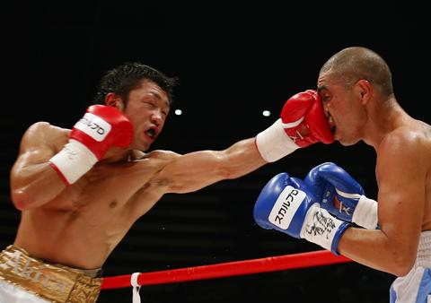 Defending champion Akira Yaegashi (L) of Japan punches challenger Oscar Blanquet of Mexico in the face during their World Boxing Council (WBC) flyweight title boxing match in Tokyo August 12, 2013.