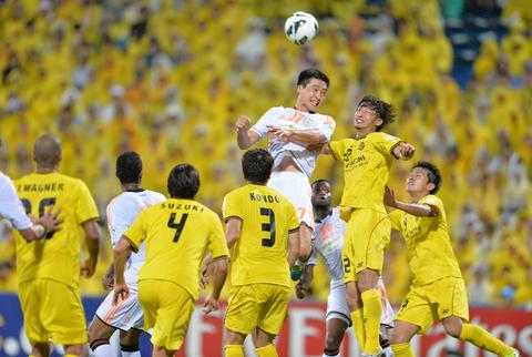 Japan's Kashiwa Reysol defender Wataru Hashimoto (2nd R) and Saudi Arabia's Al Shabab defender Kwak Tae-Hwi (3rd R-#17) fight for the ball during their Asian Champions League quarter-final first leg football match at Hitachi Stadium in Kashiwa.