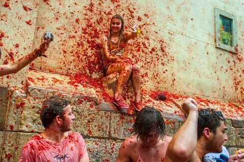 BUNOL, SPAIN - AUGUST 28:  Revellers celebrate covered by tomato pulp while participating the annual Tomatina festival on August 28, 2013 in Bunol, Spain. An estimated 20,000 people threw 130 tons of ripe tomatoes in the world's biggest tomato fight held annually in this Spanish Mediterranean town.