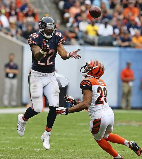 Matt Forte takes a pass from quarterback Jay Cutler in front of Bengals cornerback Leon Hall.