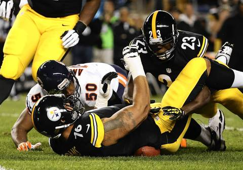 Pittsburgh Steelers tackle Mike Adams (76) falls on a fumble that Chicago Bears outside linebacker James Anderson (50) recovered in the first quarter.