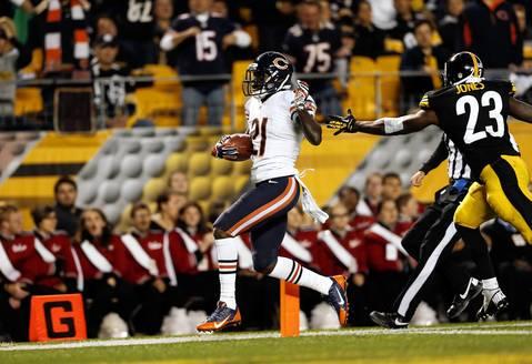 Chicago Bears' Major Wright returns an interception for a touchdown in 2nd quarter against Pittsburgh Steelers' Felix Jones.