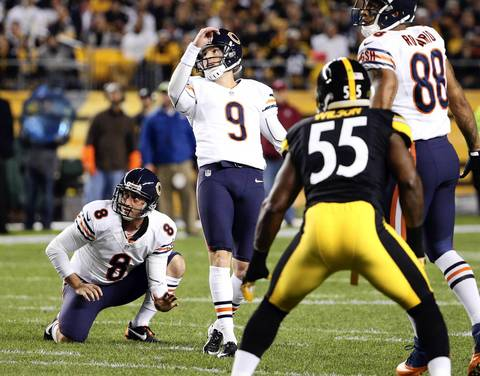 Chicago Bears kicker Robbie Gould (9) connects on a field goal in the first quarter.