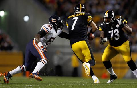 Chicago Bears' DJ Williams forces Pittsburgh Steelers' Ben Roethlisberger to fumble in the 1st quarter.