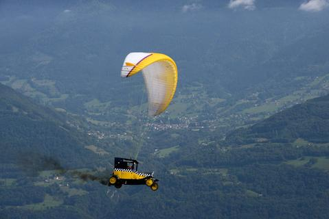 A paraglider competes, on September 22, 2013 in Saint-Hilaire-du-Touvet, southeastern France, during the 40th edition of the Icare cup.