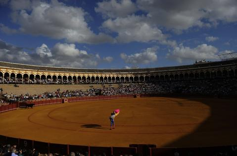 A Spanish matador waits for a bull during a bullfight at the Maestranza bullring in Sevilla on September 28, 2013.