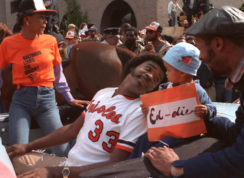 Eddie Murray talks to some fans at the victory parade in Baltimore.
