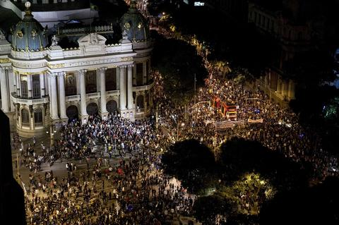 General view of a teachers protest demanding better working conditions and against police beating, on October 7, 2013 in Rio de Janeiro.