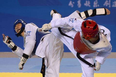 Zhao Shuai of China (L) fights against Hyeok Jin Kwon of Korea on their men's 54- 58kg taekwondo final bout at the East Asian Games in Tianjin on October 8, 2013. Zhao Shuai beat  Hyeok Jin Kwon.