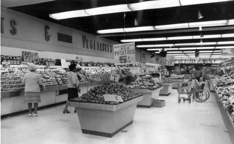 Lane night shoppers in Dominicks Food Store at 6009 N. Broadway after the store started a 24-hour operation, June 16, 1972.