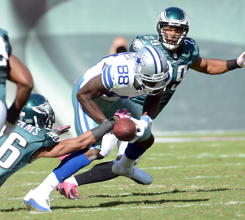 Philadelphia Eagles cornerback Cary Williams (26) can't break up a pass to Dallas Cowboys wide receiver Dez Bryant (88) at Lincoln Financial Field in Philadelphia on Sunday.