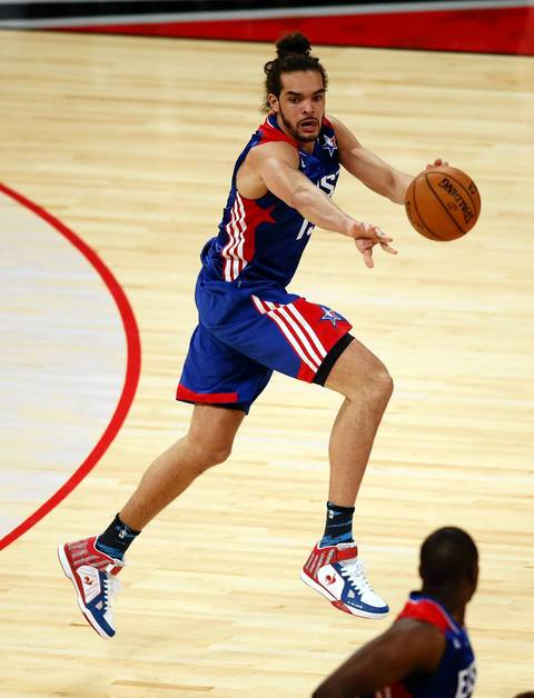 Joakim Noah passes against the Western Conference All-Stars.