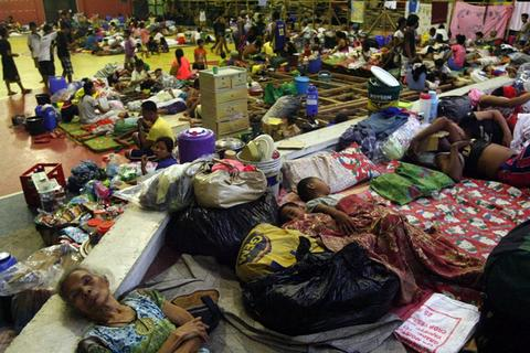 epa03939852 Filipino residents sleep on the floor as they seek refuge inside a gymnasium turned into an evacuation center in Sorsogon City, Bicol region, Philippines, 07 November 2013. Thousands of people evacuated coastal communities in the eastern Philippines as the country braced for what was expected to be the worst typhoon to hit this year. School classes were suspended while some offices closed early in provinces expected to bear the brunt of Typhoon Haiyan, according to the regional civil defense office. Haiyan was packing maximum sustained winds of 215-kilometer-per-hour and gusts of up to 250-kilometer-per-hour as it neared the Philippines, the weather bureau said. EPA/KIT RECEBIDO BEST QUALITY AVAILABLE