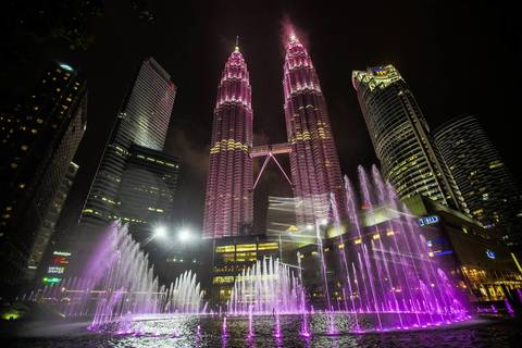 No. 7 At 1,483 feet each, the Petronas Twin-Towers in Kuala Lumpur, Malaysia, are the seventh and eighth tallest buildings.