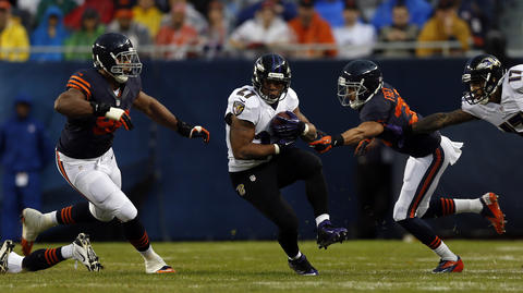 The Ravens' Ray Rice splits the defense of Corey Wootton and Isaiah Frey in the 1st quarter.