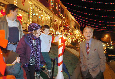 "Actor Richard Chamberlain,  starring in the musical ""Scrooge,"" shares a laugh with the Johnston family of Parkville, while visiting Hampden's Christmas block at West 34th Street."