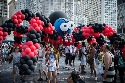 "Performers hold a giant spider made with balloons during the ""Anjos do Picadeiro"" annual week-long event in Rio de Janeiro, Brazil, on December 5, 2013. About 100 clowns and street performers turn a street into a theater until December 7."