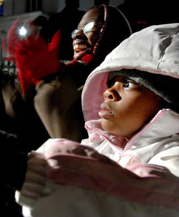 Saneaka Anderson (left) and her cousin, 4-year-old Roshae Seymore, try to stay warm during the 35th lighting of the Washington Monument