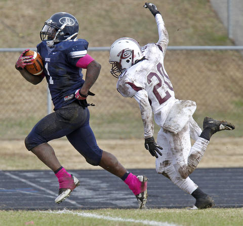 Dinwiddie's Sadarius Williams, left, outruns Heritage's Keon Grissam for a touchdown during Saturday's Group 4A state semifinal game at Dinwiddie Middle School.