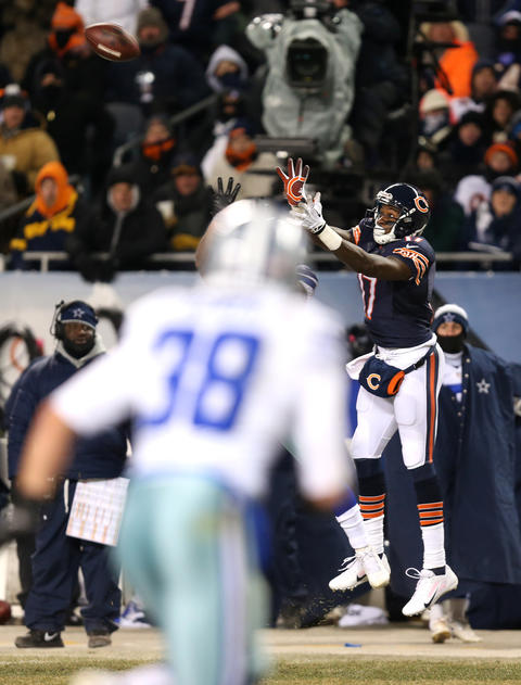 Alshon Jeffery catches a 25-yard pass right before the end of the first half against the Cowboys.