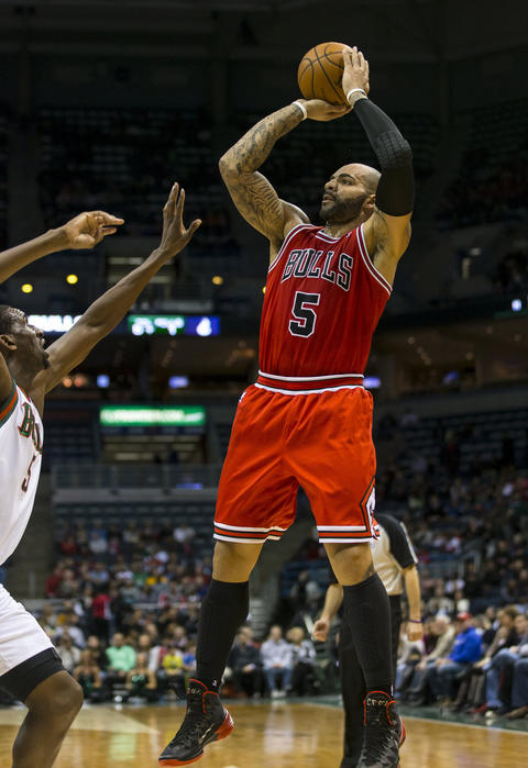Carlos Boozer shoots during the first quarter.