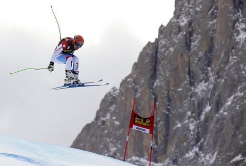 Switzerland's Patrick Kueng clears a gate during the second training session of the men's World Cup Downhill skiing race in Val Gardena December 19, 2013.